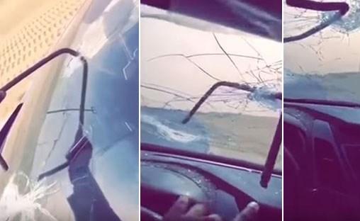 فيديو مروع .. مواطن سعودي ينجو من الموت بعد ارتطام قطعة حديدية بزجاج سيارته خلال سيره بأحد الطرق السريعة