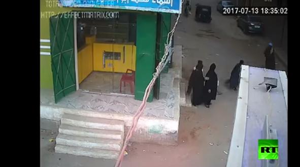 فيديو صادم.. أب يطلق النار بوحشية على ولده ويقتله أمام والدته